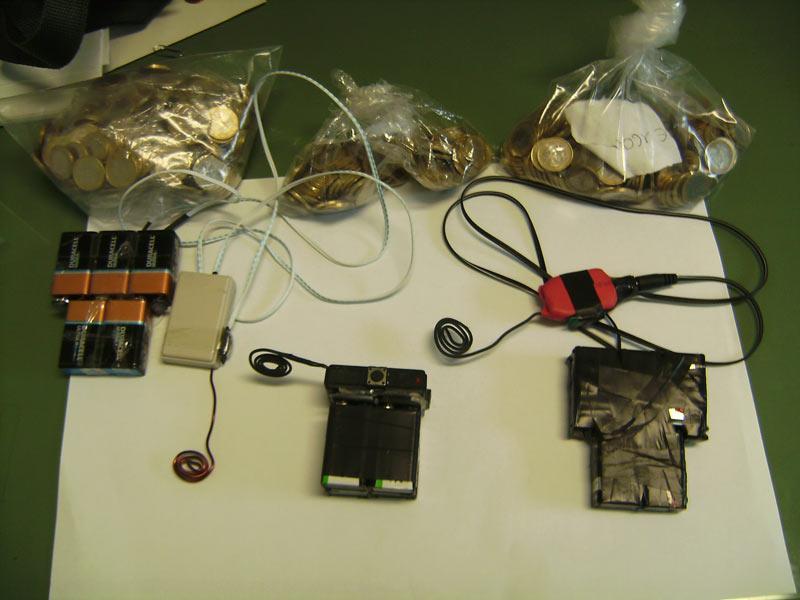 I congegni elettronici e il denaro sequestrati a seguito dell'arresto dei 4 cinesi